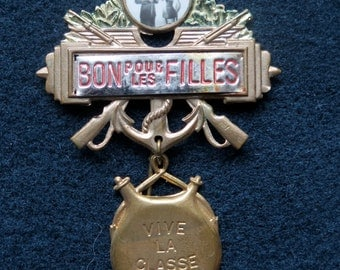 Epinglette Of Distinguished Conscript -Pin- Badge-Vintage of France. - Bon Pour Les Filles-