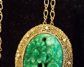 cool faux jade look pendant set in a goldtone with small pearls