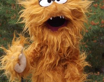 PIÑAZO the grumpy monster puppet, Enjoyable yellow ocher monster puppet wooden rods