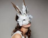 Lapin blanc décoratif masque, masque de lapin sur mesure avec vraies plumes, plume blanche Hare, coiffe, masque de carnaval, mascarade