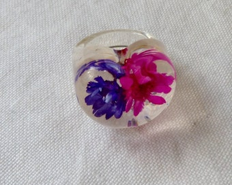 Clear lucite  Cabochon Ring Blue And pink Floral Inclusions 1960s vintage