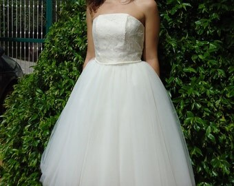 Wedding dress with tulle skirt and bodice in chantilly lace
