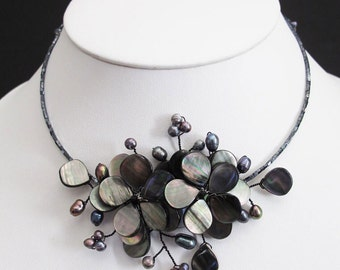 Black Shell Flower necklace with pearl black.
