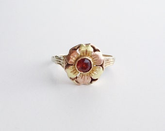 V I N T A G E / tricolor flower / 10k / yellow and green and rose gold with garnet / size 5.75