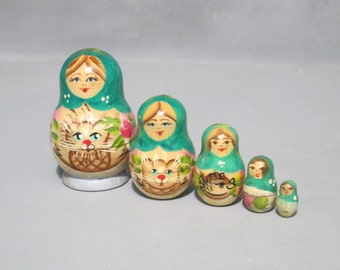 Vintage Hand Painted Wooden Babushka Nesting Dolls Set of 5 / USSR Soviet Matryoshka Old Russian Dolls Turn Wood Figurine Treen Woodturning