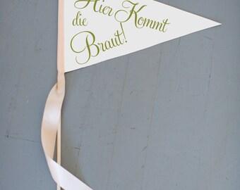 "German Wedding Sign | ""Hier Kommt Die Braut"" (Here Comes The Bride) Large Pennant Flag Flower Girl | Germany Bilingual | Classic Script Font"