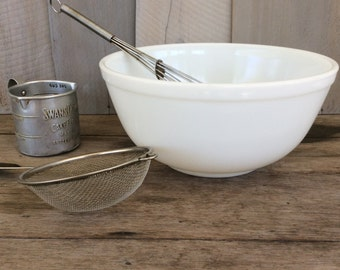 Vintage Opal White Pyrex Mixing Bowl / White Pyrex Bowl / Retro Bowl