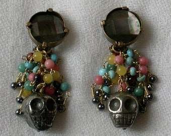 REVENANT. Boucles d'oreilles clips, en pierres naturelles (têtes de mort en pyrite, nacre...)