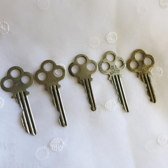 5 antique keys old keys for crafts antique house keys for Classic house keys samplephonics
