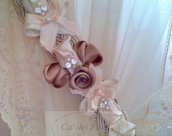 Embrasse curtain holder with ribbons and satin roses