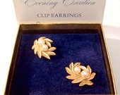 Double Pearl Leaf Clip On Earrings Gold Tone Vintage Brushed Fine Line Leaves Curved Raised Stems