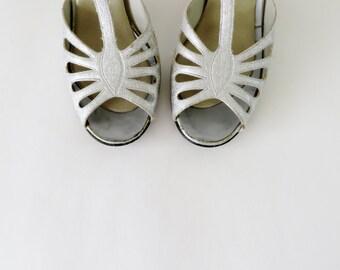 Vintage Shoes / Silver Shoes / Lurex Dress Shoes / 1960s Shoes 60s Shoes / Peep Toe Heels / Size 7 1/2