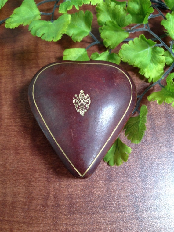 Vintage italian leather heart shaped trinket jewelry box for Heart shaped engagement ring box
