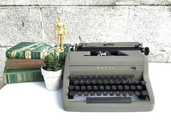 ROYAL TYPEWRITER | WORKING Portable Manual Typewriter | Vintage 1950s Royal Senior Companion Model with Original Case | Photography Prop |