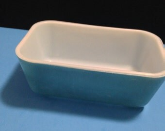 Blue Pyrex refrigerator container without lid