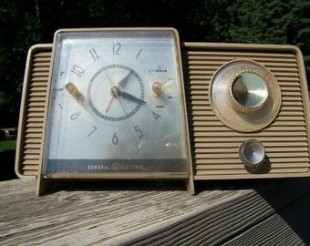Vintage General Electric Clock Radio. Retro Clock Radio. Tabletop Clock Radio. Retro Kitchen Decor. 1960s Home Decor.General Electric Radio.