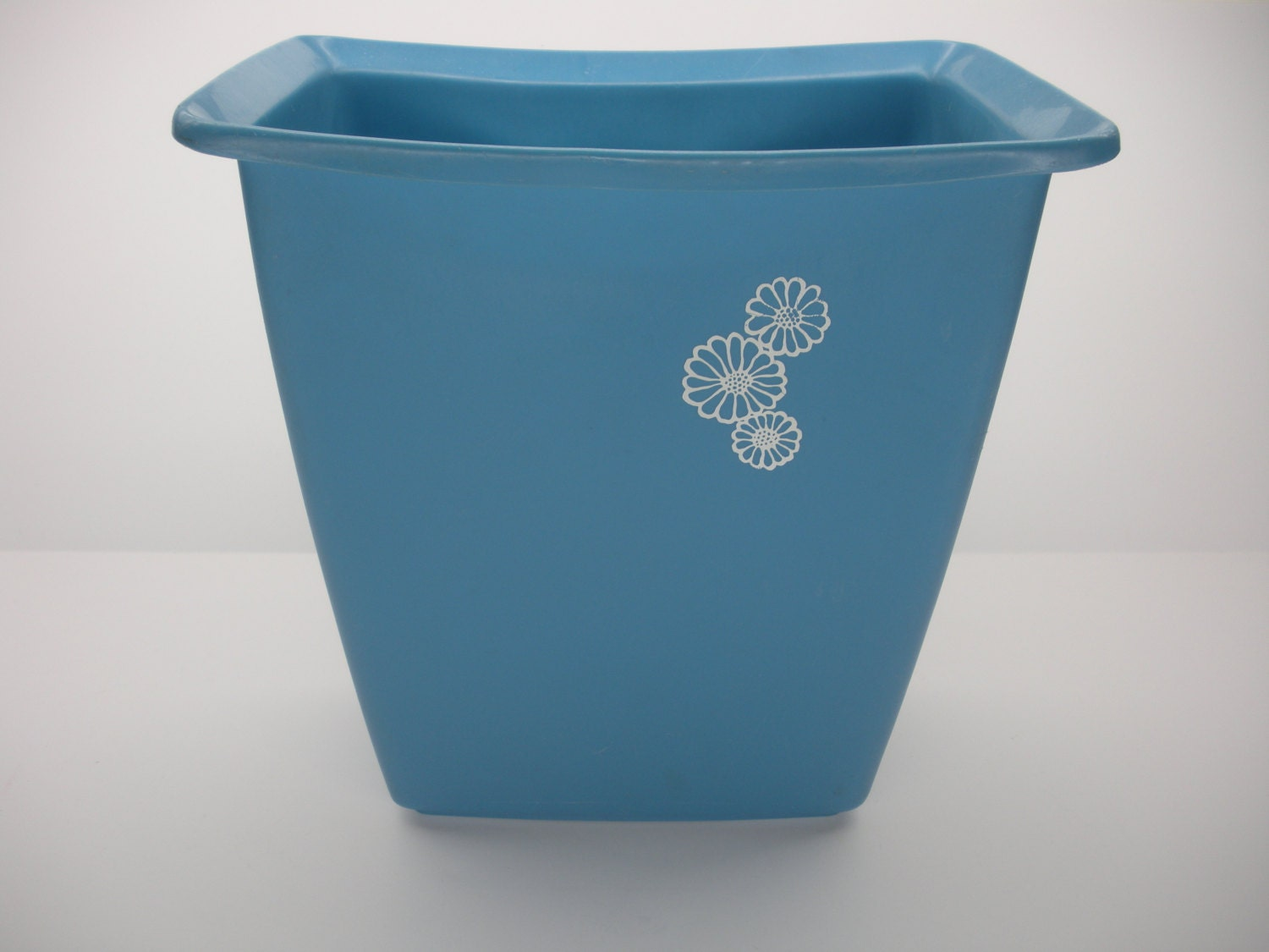 Cute blue trash can w flowers rubbermaid small vintage for Bathroom garbage can