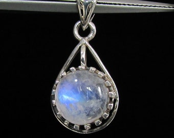 sterling silver gemstone pendant with a blue fire round shaped moonstone marked 925 (GP391)