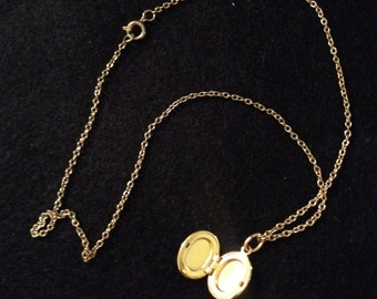 """Vintage 1/2 Inch Gold Tone Oval Shaped Locket Pendant Necklace With 16"""" Chain"""