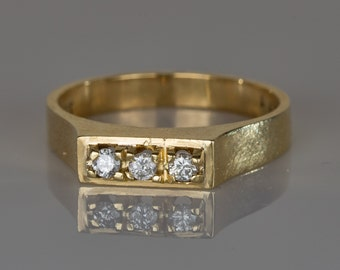 18 ct solid gold ring with 3 small diamonds in a rectangle design