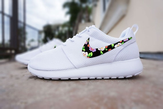 qxhvs Custom Nike Roshe run Floral design Hand painted by CustomSneakz