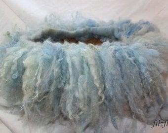 gefilztes Schafwolllockenband Newbornfoto hellblau