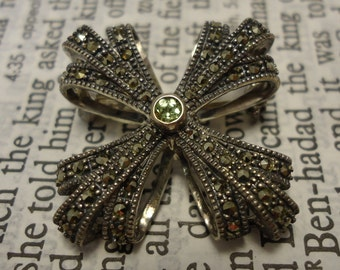 Beautiful Marcasite and Green Stone TJ 925 Sterling Silver Brooch Pin