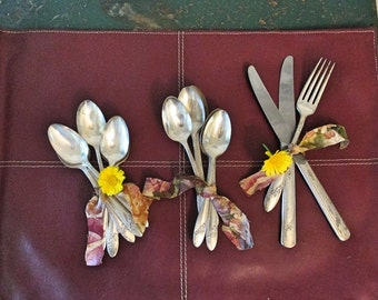 Vintage Tudor Oneida Queen Bess II silver plated flatware - Twelve teaspoons, two knives, one fork