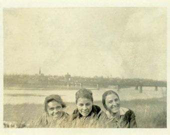 "Vintage Photo ""The Peeking Gals"" Three Women Girl Snapshot Photo Old Antique Black & White Photograph Found Paper Ephemera Vernacular - 181"