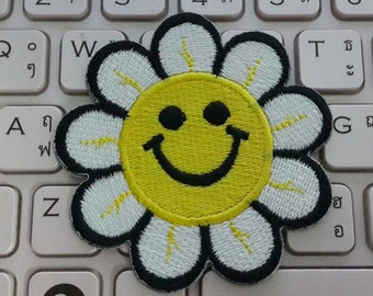Daisy Iron on Patch - Daisy Applique Embroidered Iron on Patch