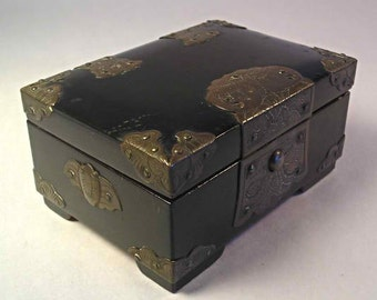 An Old Japanese Decorated Wood Box T47