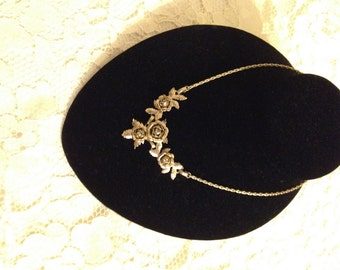 Flowers, Flowers, Flowers - VINTAGE GOLD TONE Necklace - Beautifull detailed flowers - Lightweight