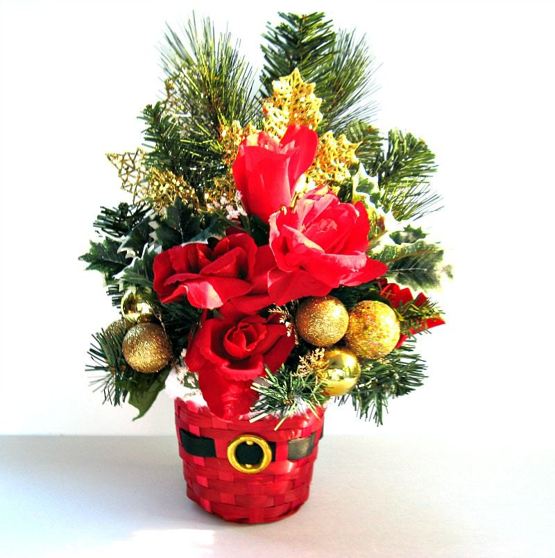 Gold and red christmas centerpiece table