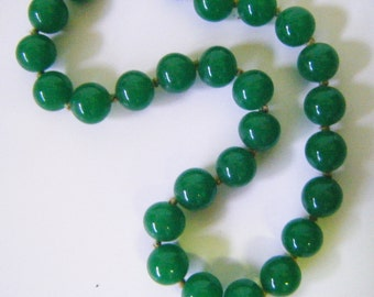 Beautiful Vintage Jade Beaded Necklace 22 Inches Long
