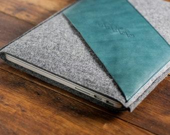 """Macbook Pro 13"""" Sleeve, Macbook Pro 13 Case, Macbook Pro Pouch, Macbook Case, Mac Pro Sleeve : Dark Grey Wool Felt, Green Leather Pocket"""
