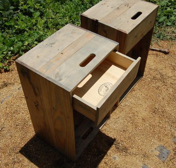 Paire de caisses en bois chevets c t tables tiroirs for Table de nuit en palette