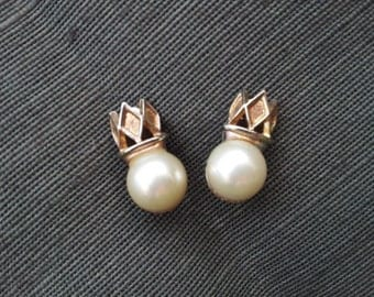 Clip on pearl earrings / FREE SHIPPING / Vintage faux pearl earrings / large pearls with crowns / costume jewelry / classic clip ons