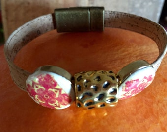 Bracelet made of beige cork and pink tiles' replica.