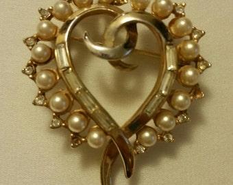 P/B25 Vintage Gold Tone Faux Pearl and Rhinestone Heart Brooch circa 1960s