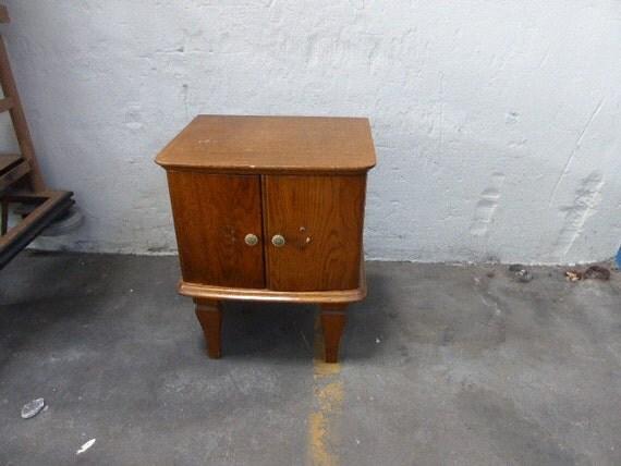 Chevet table de nuit vernis clair en bois vintage 1950 for Table de chevet bois clair