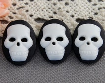 4pcs 13x18mm pad resin skull  Cabochons white skull on black resin Cameo RS005c