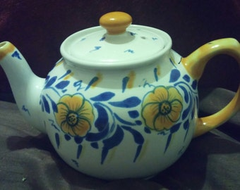Lovely Vintage Sadler 6-cup Hand-Painted Floral Design Teapot