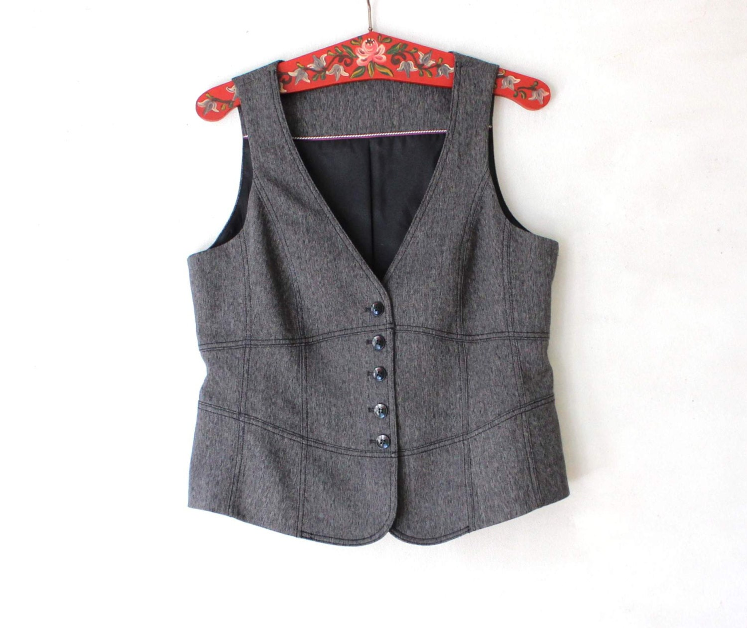 Luii Anthropologie Womens Herringbone Vest SZ M Luii Anthropologie Womens Herringbone Tweed Vest SZ M in a Polyester Wool blend, belted, two large front pockets. The necklace is not included but I do currently have the necklace listed for sale.