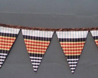 """Garland on of """"bundle scarf"""" Catalan"""