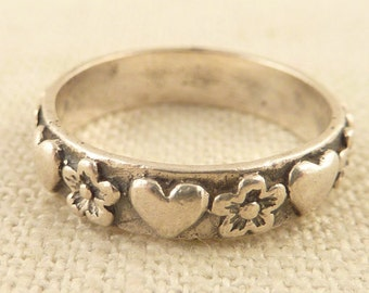 Size 7.5 Vintage Sterling Ring with Lovely Hearts and Flowers