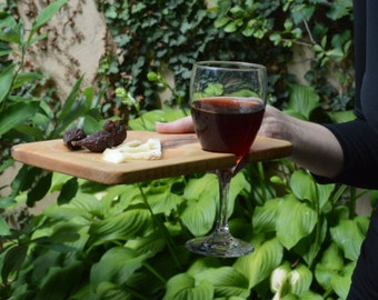 Party plate holds your wineglass to free up your hand