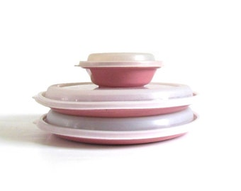 "Rubbermaid Microwave Servin Saver Covered 8 1/2"" Entree Plates #T 0338, 4 oz Bowl #0 0348, Oven Safe Plastic Containers Lid Pink Dishes"