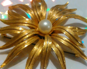 "3"" Vintage Judy Lee Faux Pearl Flower Burst Pin Brooch Gold Plated Slender Petals"