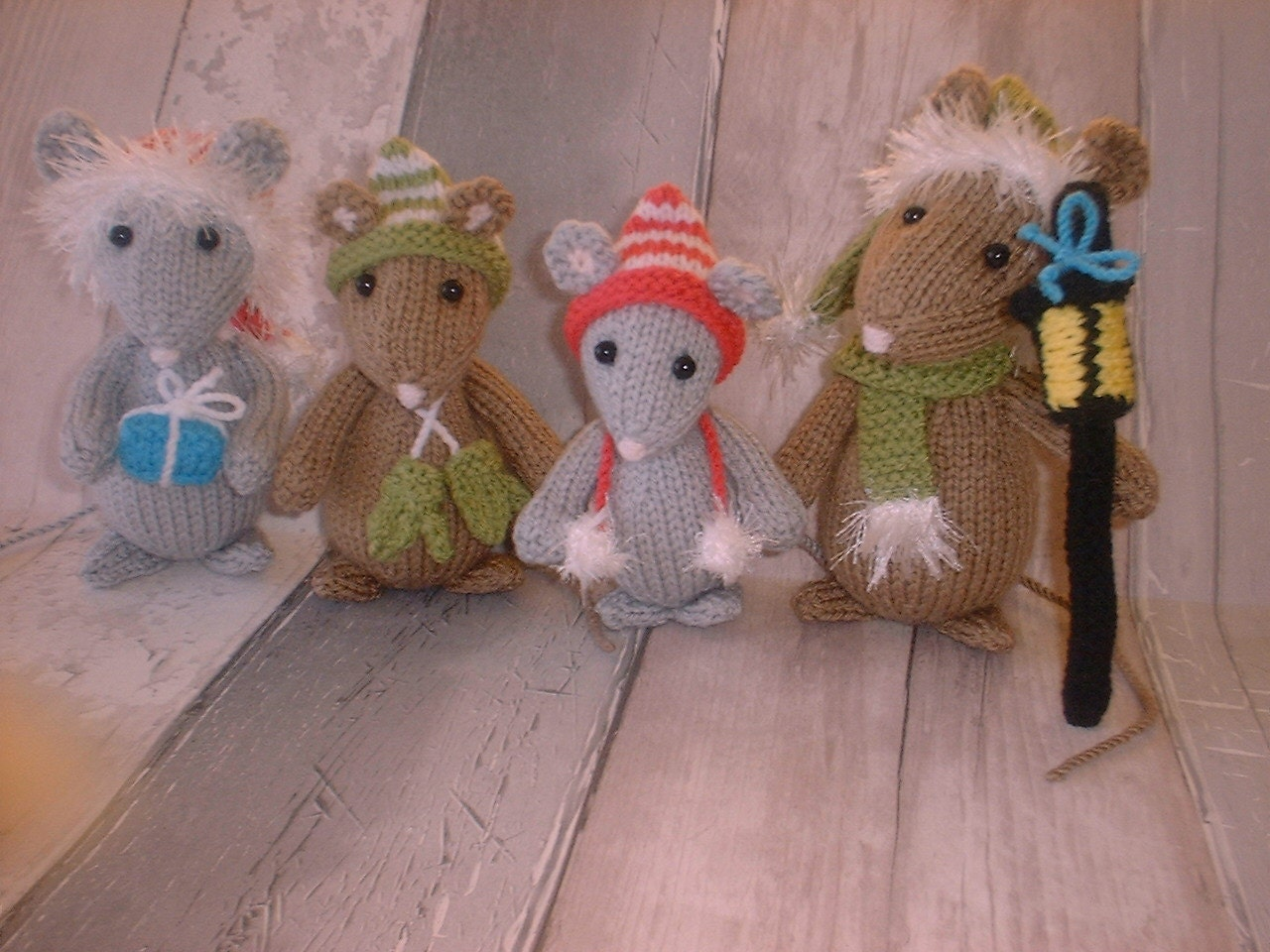 Knitting Patterns For Christmas Mice : Pdf knitting pattern for a cute family of Festive Mice
