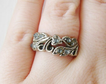 Vintage  silver flower/ leaf ring with blue crystals- size 7.5